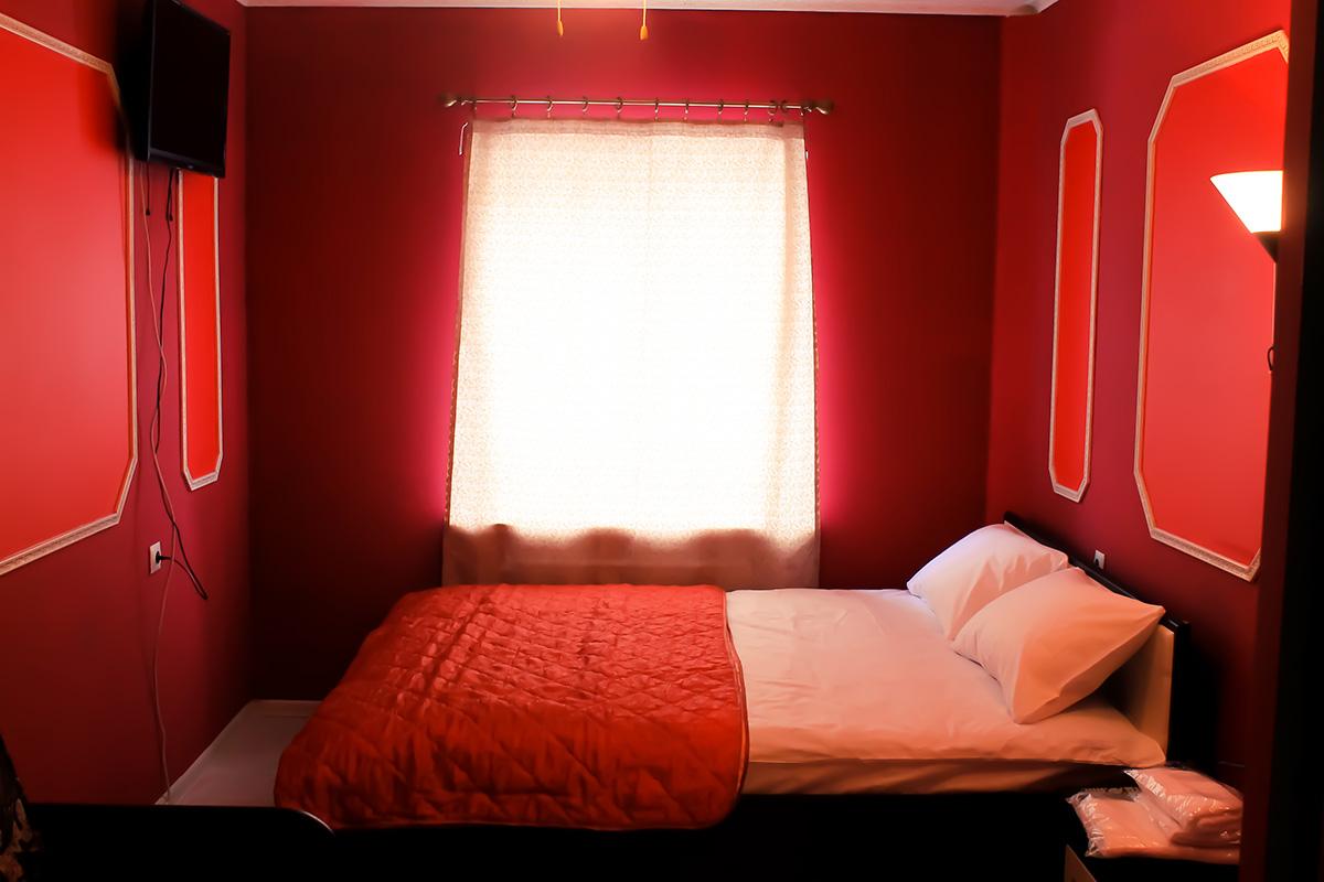 Красный стандартный номер с большой кроватью